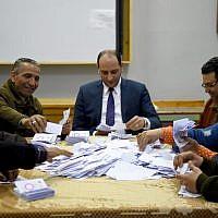 Les autorités égyptiennes comptent les voix dans un bureau de vote situé dans une école du village de Shebin El Kom, dans la province de Menoufia, dans le delta du Nil, dans le nord du pays, le 22 avril 2019, au troisième jour d'un référendum sur des amendements à la Constitution. (Crédit photo : MOHAMED EL-SHAHED / AFP)