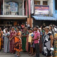 Des Sri-lankais en deuil assistent aux trois minutes de silence en hommage aux victimes des attaques survenues le dimanche de Pâques. 23 avril 2019. (Crédit photo : LAKRUWAN WANNIARACHCHI / AFP)