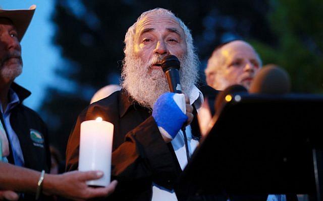 Le rabbin Yisroel Goldstein lors d'une conférence de presse dans la synagogue 'Habad de Poway, en Californie, suite à une fusillade qui a eu lieu la veille dans le lieu de culte lors du dernier jour de Pessah, le 28 avril 2019. (Crédit : SANDY HUFFAKER / AFP)