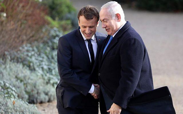 Le président français Emmanuel Macron, à gauche, serre la main du Premier ministrte Benjamin Netanyahu à son arrivée au palais de l'Elysée à Paris, le 10 décembre 2017 (Crédit :   / AFP PHOTO / ludovic MARIN)