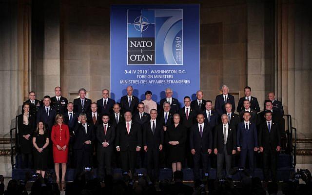 Le secrétaire d'état américain Mike Pompeo, le secrétaire général de l'OTAN Jens Stoltenberg et les chefs de la diplomatie des pays membres, à Washington DC le 3 avril 2019. (Crédit : Alex Wong/Getty Images/AFP