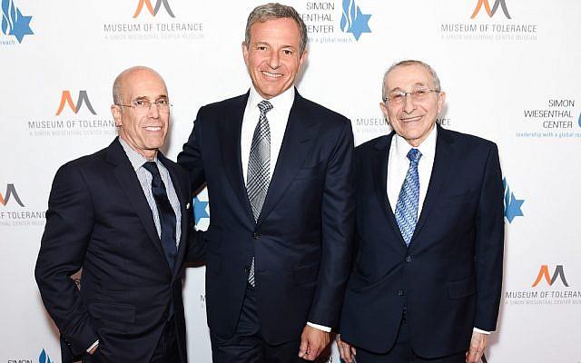 Jeffrey Katzenberg, Bob Iger et le rabbin Marvin Hier  lors d'un dîner organisé à Los Angeles par le Centre Simon-Wiesenthal, au Beverly Hilton Hotel, le 10 avril 2019 à Beverly Hills, en Californie. (Crédit : Presley Ann/Getty Images/AFP)