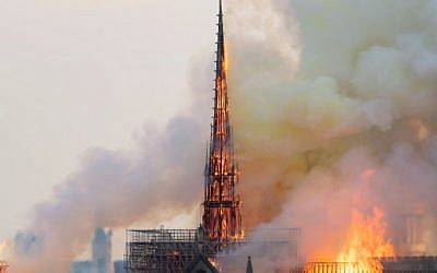 La flèche de la Cathédrale Notre-Dame de Paris, avant son effondrement lors de l'incendie qui a touché l'édifice, le 15 avril 2019. (Crédit photo : FABIEN BARRAU / AFP)