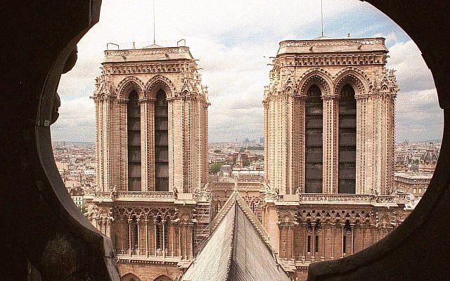 Les deux tours de la cathédrale Notre-Dame de Paris photographiées depuis la flèche, le 13 juin 1998. (AP Photo / Rémy de la Mauvinière)