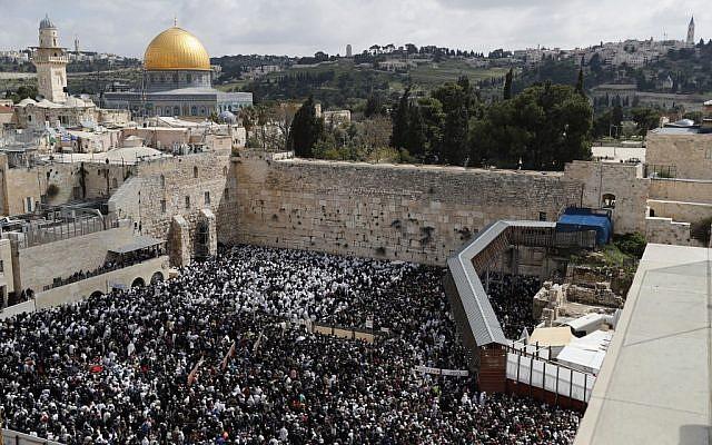 Des fidèles juifs prennent part à la bénédiction des Cohanim lors de la fête de Pessah au mur Occidental dans la Vieille ville de Jérusalem, le 22 avril 2019. (Thomas COEX / AFP)
