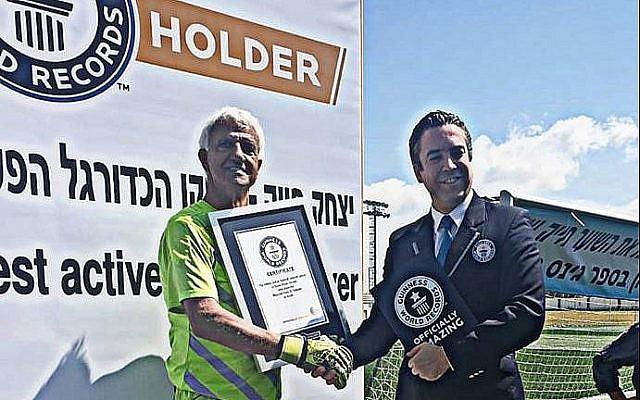Isaak Hayik (à gauche) reçoit le record du plus vieux joueur de football professionnel actif des mains d'un responsable du Guinness des records. (Facebook)