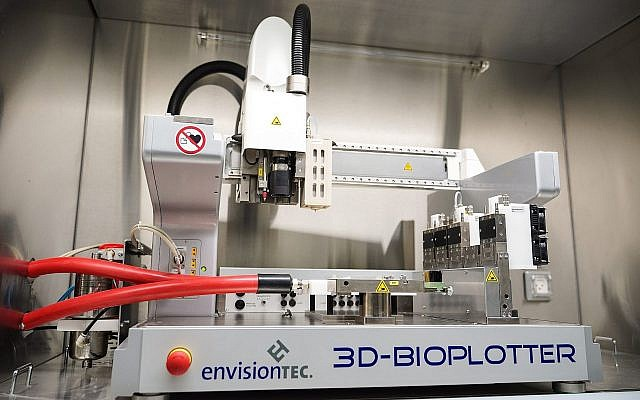 L'imprimante 3D qui permet d'imprimer des biomatériaux, d'une oreille à un vaisseau sanguin, au Technion, à Haïfa. (Crédit : Nitzan Zohar, bureau du porte-parole du Technion)