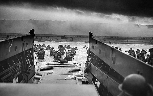 Photographie des troupes américaines avançant dans l'eau d'Omaha Beach, le 6 juin 1944. (Crédit :  National Archives and Records Administration)