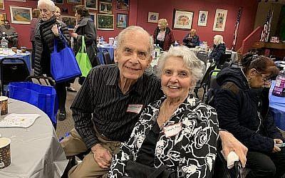 Sarah Knecht, une survivante de la Soah de Pologne, au seder avec son mari Ted. (Crédit : Josefin Dolsten)