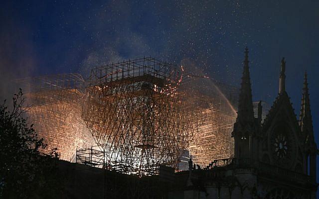 """Ayant mobilisé 400 pompiers, l'incendie de la cathédrale Notre-Dame de Paris, qui s'est propagé extrêmement rapidement, a pris dans les combles de la cathédrale, ont indiqué les pompiers, évoquant """"un feu difficile"""". 15 avril 2019. (Crédit photo : STEPHANE DE SAKUTIN / AFP)"""