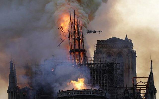 La flèche de la cathédrale Notre-Dame de Paris s'effondre lors de l'incendie, le 15 avril 2019. (Geoffroy Van Der Hasselt / AFP)