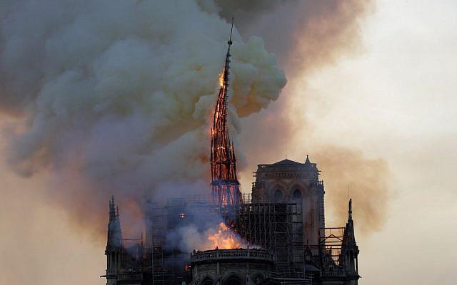 La flèche de la Cathédrale Notre-Dame de Paris, lors de son effondrement lors de l'incendie qui a touché l'édifice, le 15 avril 2019. (Crédit : GEOFFROY VAN DER HASSELT / AFP)