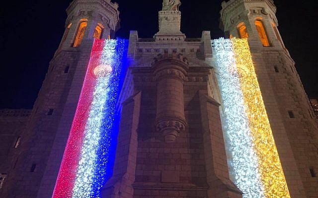 Le 18 avril au soir, la Chapelle Notre-Dame de Jérusalem, située à proximité de la Vielle ville, s'est illuminée du drapeau français suite à l'incendie de Notre-Dame de Paris. (Crédit photo : P. Juan Solana LC / Institut pontifical Notre-Dame de Jérusalem / Facebook)