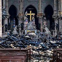 Des débris dans la nef de la cathédrale Notre-Dame de Paris, le 16 avril 2019, un jour après l'incendie qui a touché cet édifice emblématique. (Christophe Petit Tesson / POOL / AFP)