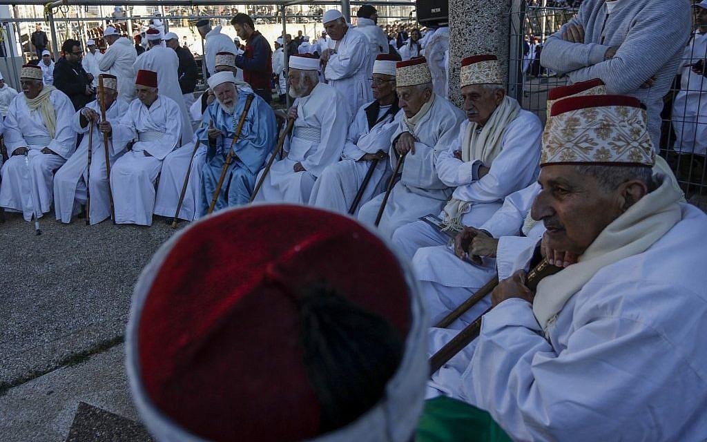 Les Samaritains prennent part au traditionnel sacrifice de la Pâque au mont Garizim, près de la ville de Naplouse, dans le nord de la Cisjordanie, le 18 avril 2019. (Jaafar Ashtiyeh / AFP)