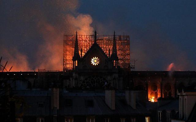 Vue d'ensemble de la cathédrale Notre-Dame de Paris lors de son incendie, le 15 avril 2019. (Crédit photo : LUDOVIC MARIN / AFP)