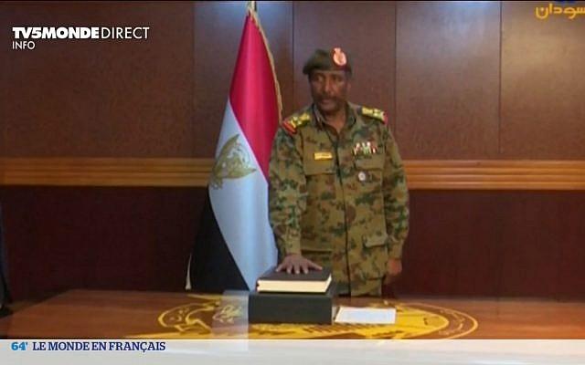 Le général Abdel Fattah al-Burhane, prend la tête de la transition au Soudan en deux jours, est un militaire respecté par ses pairs mais inconnu du grand public. (Crédit : capture d'écran TV5 Monde)