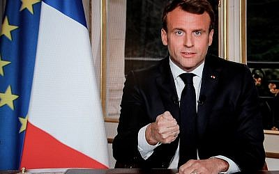 Le président français Emmanuel Macron s'adressant au pays sur la chaîne TF1. Lors de son allocution, il a promis de faire reconstruire la cathédrale Notre-Dame de Paris dans les cinq ans. (Ludovic Marin / AFP)