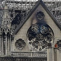 Des enquêteurs sur le toit de l'emblématique cathédrale Notre-Dame de Paris, le 16 avril 2019, au lendemain d'un incendie qui a ravagé son toit. (Lionel Bonaventure / AFP)