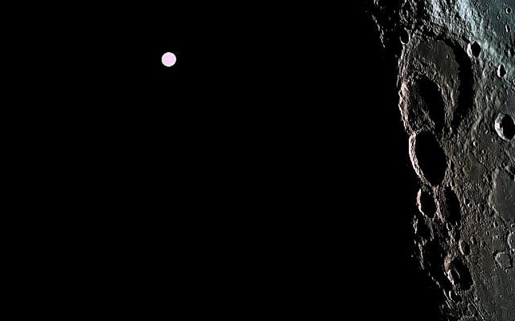 La sonde spatiale Bereshit a pris cette photo de la surface de la lune avec la Terre en arrière plan, le 5 avril 2019. (Avec l'aimable autorisation de Bereshit)