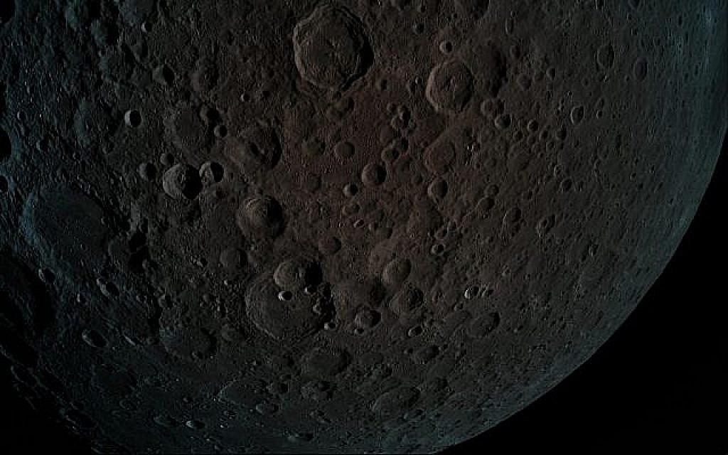 La sonde spatiale Bereshit a pris cette photo de la surface de la lune à une altitude de seulement 440 kilomètres lors d'une manoeuvre de capture lunaire, le 4 avril 2019. (Crédit : Bereshit)