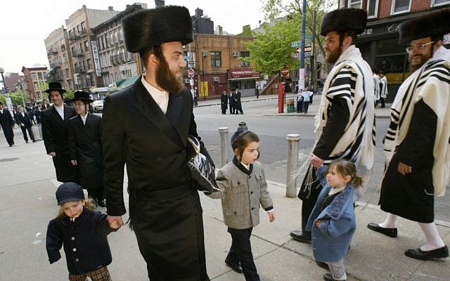 Photo d'illustration. Des Juifs ultra-orthodoxes dans le quartier de Williamsburg à Brooklyn, à New York (Crédit : AP/Joe Kohen)