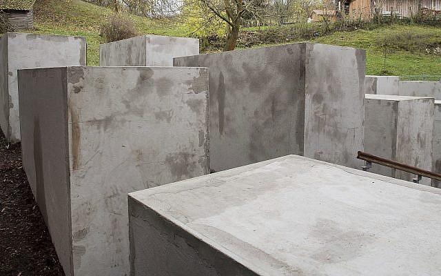 Des blocs ont été placés sur une propriété adjacente à la maison du législateur allemand Björn Höcke dans le village de Bornhagen, Allemagne de l'Est, le mercredi 22 novembre 2017. (Swen Pfoertner/dpa via AP)