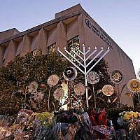 Une menorah est installée à l'extérieur de la synagogue Tree of Life en préparation d'un office au coucher du soleil, pour la première nuit de Hanoukka le dimanche 2 décembre 2018, dans le quartier Squirrel Hill de Pittsburgh. Un homme armé a tiré et tué 11 personnes alors qu'elles priaient le samedi 27 octobre 2018 au temple. (AP Photo/Gene J. Puskar)