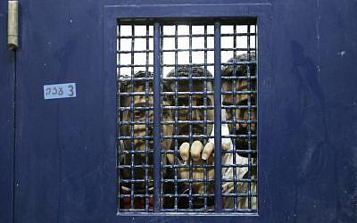 Des prisonniers palestiniens dans leur cellule avant leur libération de la prison de  Ketziot, dans le sud d'Israël, le 1er octobre 2007. (Crédit : AP Photo/Ariel Schalit)