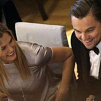 """Bar Refaeli et Leonardo DiCaprio lors du """"Gala du cinéma pour la paix"""" pendant le festival du Film de Berlin en Allemagne, le 15 février 2010 (Crédit : AP Photo/Joel Ryan)"""