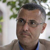 Omar Barghouti donne une interview dans la ville de Ramallah, en Cisjordanie, le 10 mai 2016 (Crédit : AP Photo/Nasser Nasser)