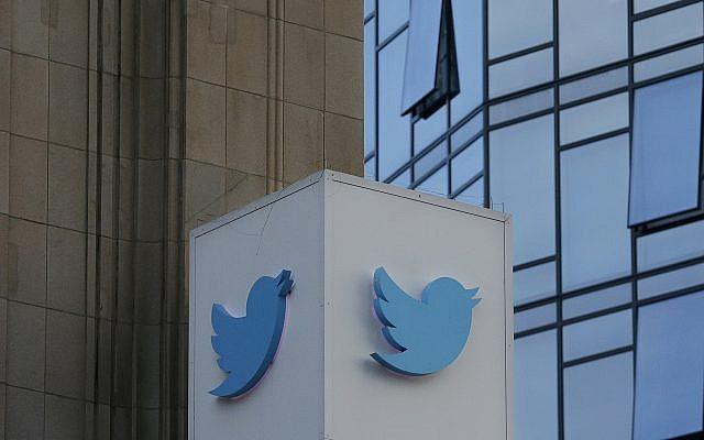 Un logo Twitter aux abords du siège du géant des réseaux sociaux à San Francisco, le 26 octobre 2016. (Crédit : Jeff Chiu/AP)