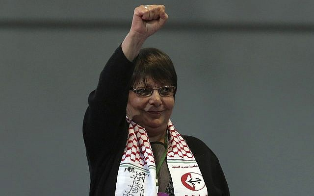 Leila Khaled, membre éminente du Front populaire pour la libération de la Palestine (FPLP), après avoir pris la parole au congrès du Parti démocratique populaire pro-kurde, ou HDP, à Ankara, en Turquie, le dimanche 11 février 2018. (AP Photo/Burhan Ozbilici)