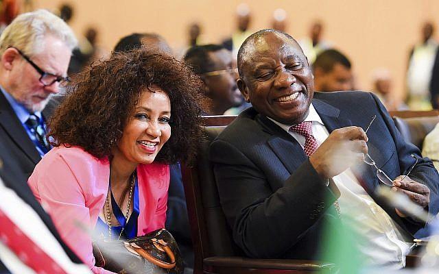 Le président d'Afrique du Sud, Cyril Ramaphosa, (à droite), et la ministre des Affaires internationales, Lindiwe Sisulu, à Kigali, Rwanda, le mardi 21 mars 2018. (AP Photo)