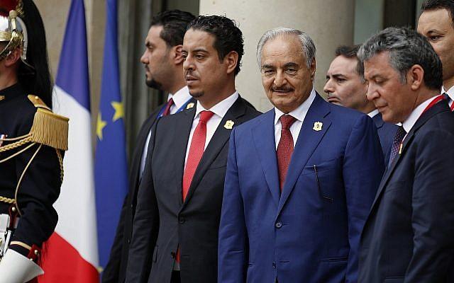 Le dirigeant libyen Marshall Khalifa Haftar, (3e à gauche) à l'issue d'une conférence internationale sur la Libye au Palais de l'Elysée, à Paris, le 29 mais 2019. (Crédit : AP/Francois Mori)