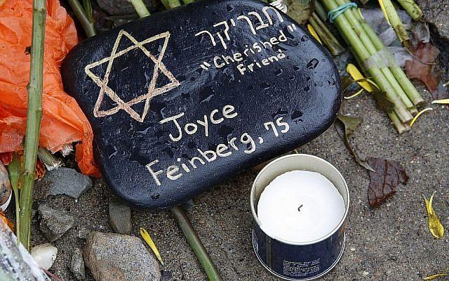 Une pierre à un mémorial artisanal aux abords de la synagogue Tree of Life à la mémoire des 11 fidèles tués le 27 octobre 2018 alors qu'ils assistaient à un service dans le quartier de Squirrel Hill, à Pittsburgh. Le 1er novembre 2018 (Crédit :  AP Photo/Gene J. Puskar)