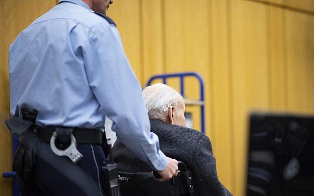 Johann Rehbogen, ancien SS, est accusé de centaines de chefs d'accusation de meurtre pour complicité de meurtre présumé au cours des années où il a servi de gardien au camp de concentration nazi de Stutthof, est en fauteuil roulant au début du troisième jour de son procès devant le tribunal régional de Münster, Allemagne de l'Ouest, le mardi 13 novembre 2018. (Crédit : Guido Kirchner / POOL via AP)