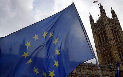 Le drapeau européen devant le parlement de Londres, le 5 décembre 2018. (Crédit : AP Photo/Kirsty Wigglesworth)