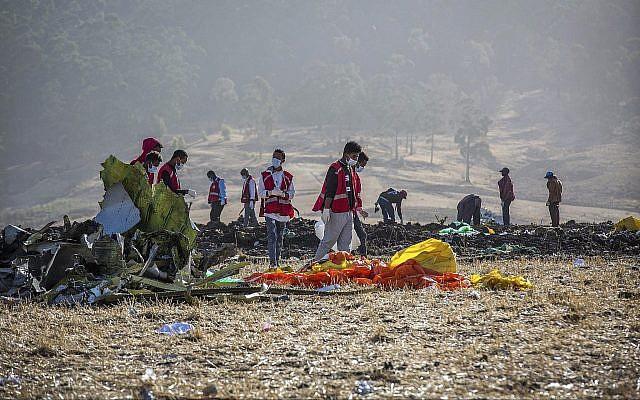 Les secours sur les lieux du crash d'un vol d'Ethiopian Airlines au sud d'Adis Abeba, en Ethiopie, le 11 mars 2019 (Crédit : AP /Mulugeta Ayene)