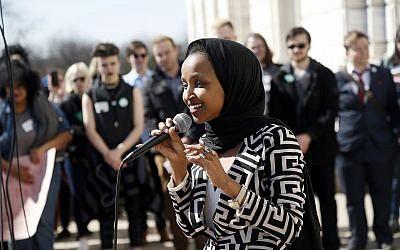 Ilhan Omar, siégeant à la Chambre des représentante américaine, prend la parole pour soutenir les élèves LGBTQ et les autres lycéens de l'État du Minnesota qui ont marché vers le Capitole, le jeudi 21 mars 2019, à St Paul, Minnesota. (AP/Jim Mone)