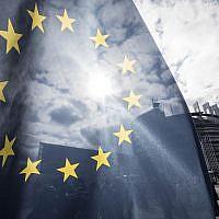 Le drapeau européen devant le parlement européen, à Strasbourg, le 26 mars 2019. (Crédit : AP Photo/Jean-Francois Badias)
