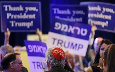 """Un membre du public porte une kippa """"Make America Great Again' avant l'allocution du président Donald Trump lors de la rencontre annuelle de la Republican Jewish Coalition  à Las Vegas, le samedi 6 avril 2019 (Crédit : AP Photo/John Locher)"""