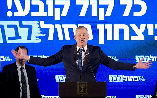 Le chef du parti Kakhol lavan Benny Gantz durant un meeting de campagne àTel Aviv, le 7 avril 2019. (Crédit : AP Photo/Sebastian Scheiner)