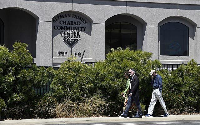 Des membres de la synagogue aux abords de la synagogue 'Habad de Poway, le 27 avril 2019, à Poway, Californie (Crédit : AP/Denis Poroy)