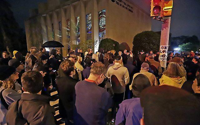 une veillée devant la synagogue Tree of Life de Pittsburgh en hommage aux victimes de la fusillade de Poway à San Diego en Californie le 27 avril 2019. (Crédit : AP Photo/Gene J. Puskar)