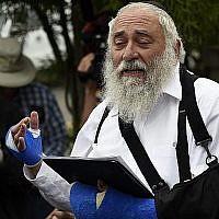 Le rabbin Yisroel Goldstein lors d'une conférence de presse dans la synagogue 'Habad de Poway, en Californie, suite à une fusillade qui a eu lieu la veille dans le lieu de culte lors du dernier jour de Pessah, le 28 avril 2019 (Crédit :AP Photo/Denis Poroy)