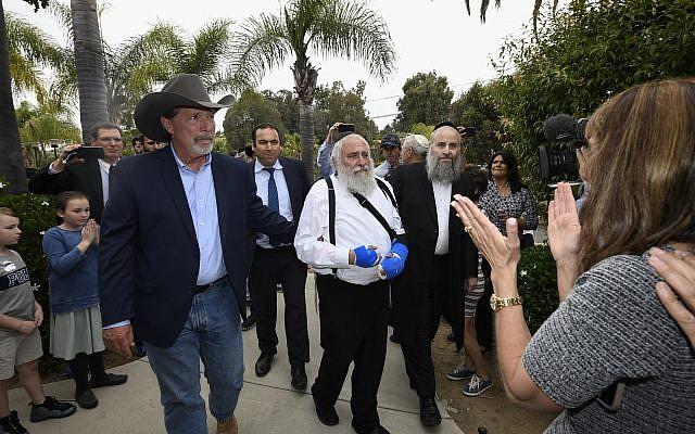 Le maire de Poway, Steve Vaus (à gauche), accompagne le rabbin Yisroel Goldstein lors d'une conférence de presse à la synagogue Habad de Poway, le dimanche 28 avril 2019, à Poway, Californie. (AP Photo/Denis Poroy)