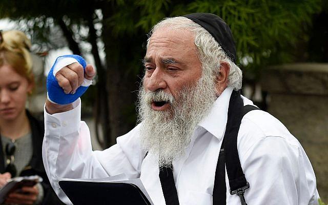 Le rabbin Yisroel Goldstein prend la parole lors d'une conférence de presse à la synagogue Habad de Poway, le 28 avril 2019, à Poway, en Californie. (AP Photo/Denis Poroy)
