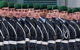 Les soldats de la Bundeswehr lors de la visite d'Etat d'un dirigeant étranger à la Chancellerie de Berlin, en Allemagne, le 13 mars 2019 (Crédit : Sean Gallup/Getty Images via JTA)