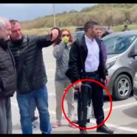 Sur cette image on voit un garde du corps du Premier ministre Benjamin Netanyahu porter un pistolet anti-drone (Capture d'écran Ynet)